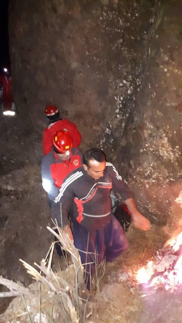 نجات فرد گرفتار شده در صخره ها توسط هلال احمر لرستان