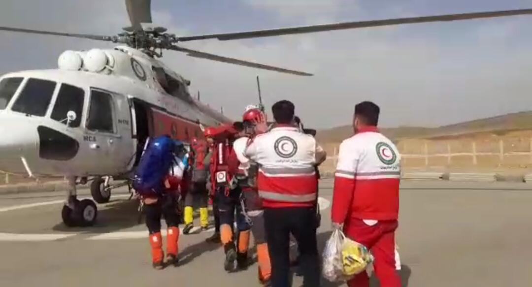 پایان ۱۶ ساعت عملیات نفس گیر در قله  کول جنو/ نجات جان ٢ کوهنورد همدانی در ارتفاعات اشترانکوه